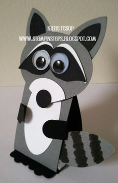 Prostorový papírový mýval Stampin' Steps: LITTLE LOVE BANDITS - cute punch art raccoon. Can hold a heart.or some other little item between its paws Raccoon Craft, Racoon, Skunk Craft, Fall Crafts, Crafts For Kids, Paper Art, Paper Crafts, Paper Punch Art, Punch Art Cards