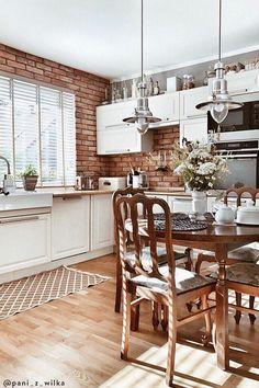 Il rustico non è solo uno stile con cui arredare la cucina, è vero e proprio stile di vita che ti permette di creare un luogo di convivialità e condivisione e di recupero delle tradizioni di famiglia. Clicca qui e scopri come arredare pure la tua cucina in stile rustico! //Arredamento casa interni design idee ispirazione decorazione cucina rustica moderna country muratura con isola legno penisola sedie mattoni tavolo illuminazione piano di lavoro #Westwing #casa #cucina #inmuratura #rustica Table, Furniture, Home Decor, Decoration Home, Room Decor, Tables, Home Furnishings, Home Interior Design, Desk
