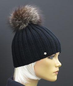 Ručně pletená čepice z merino vlny a s kožešinovou bambulí ze stříbrné lišky #handmade#merino#wool#black#fur