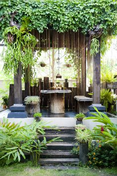 How gorgeous is this! Like your own tropical paradise in your backyard with all the greenery and natural wood. Love it!