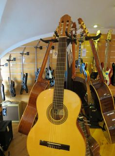Bom dia! Procura uma guitarra clássica? Venha ao Salão Musical de Lisboa, na Rua da Oliveira ao Carmo,2 (ao Largo do Carmo), ou consulte o nosso site www.salaomusical.com