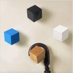 Porte-Manteau crochet CUBE en bois au design graphique. Crochet en forme de cube. Pour un design moderne et élégant, pour vos chambres, votre entrée ou votre salon. Ce porte manteau est parfait pour accroché vos chapeaux, manteaux, et autres accessoires. Produit en bois. Tarif unitaire. Couleurs au choix.