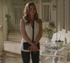 Revenge - Serie TV - look - style - estilo - inspiration - inspiração - elegante - elegant - casual - Moda - fashion - blusa - camisa - shirt - branca - white - calça - skinny - pants - couro - leather - Black - Preta - Amanda Clarke - Emily Thorne (Emily VanCamp)