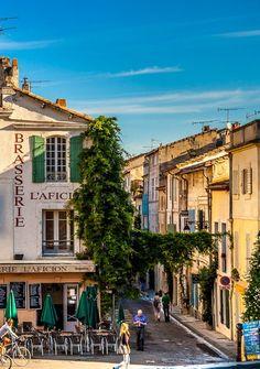 Arles , op dat terras een paar jaar geleden op een snikhete dag onder de luifel een fris drankje genomen