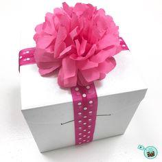 Hallo Ihr Lieben, Heute geht es um mehr, als nur ein Geschenk verpacken. Ihr kennt Ihr das bestimmt: Man hat sein Präsent als Geschenk verpackt, aber einfach nur eine Schleife drumherum? Langweilig! Deswegen habe ich heute für euch einen Tipp, mit dem ihr euer Geschenk ganz schnell aufpeppen könnt: Papierblumen aus Servietten selber machen. Es ist ganz einfach!
