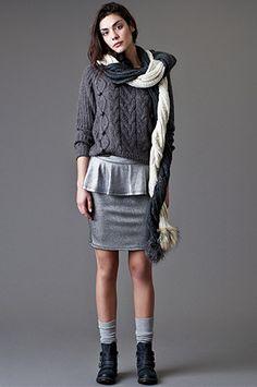 GRIS METAL   Jersey de @ONLYjeans y, falda de Ichi, bufandas con pompones de @veromodafashion y botines de @mtngmustang