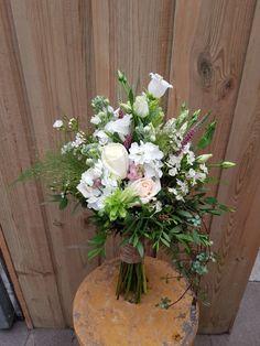 Romantisch, veldachtig gebonden bruidsboeket Floral Wreath, Wreaths, Plants, Wedding, Home Decor, Valentines Day Weddings, Flower Crowns, Door Wreaths, Mariage