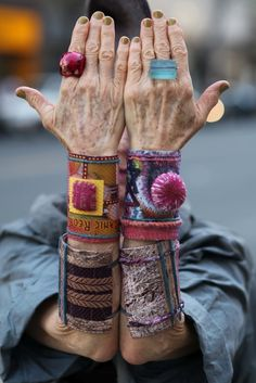 18 Fabulous Style Tips From Senior Citizens - ≔ ♱ Boho Style ♱ ≕ bohemian gypsy hippie fashion – jewelry Hippie Style, Bohemian Style, Boho Chic, My Style, Style Blog, Textiles, Look Fashion, Fashion Beauty, Hippie Fashion