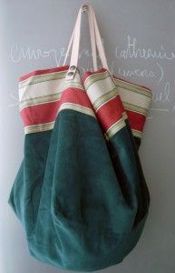 Grand cabas réversible en velours bio vert Intérieur en drap teint gris avec 2 grandes poches
