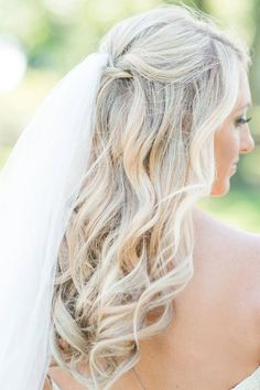 Love the lose curls and simple style with the veil