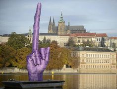Il dito medio di Cerny a Praga