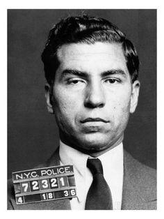 """Charles """"Lucky"""" Luciano, nacido como Salvatore Lucania fue un mafioso italoestadounidense. Se le considera el padre del crimen organizado estadounidense por el establecimiento de la primera Comisión."""