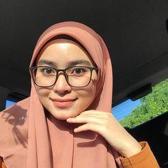 Girl Hijab, Muslim Girls, Character Aesthetic, Cute Faces, My Beauty, Hijab Fashion, Beautiful People, Asian, Glasses