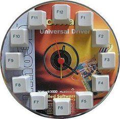 Relógio com CD e teclado de computador.