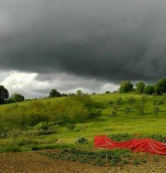'cause Red matters  #rosso #tempesta #tempest #red #campi #fields #nuvoloso #cloudy #nuvolenere #blackcoulds #terra #campagna #domenica #domenicapomeriggio eeeeeee sempre di domenica #abruzzo