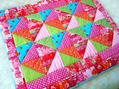 Trendy gekleurd, extra dik gevoerd. Een handmade boxkleed van Bibiana wordt met liefde gemaakt en is een fantastisch kraamkado om te geven!