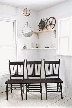 """Boa dica que precisa de um certo """"traquejo"""": pegue 3 cadeiras antigas e iguais em um brechó e transforme-as em um banco inusitado!"""