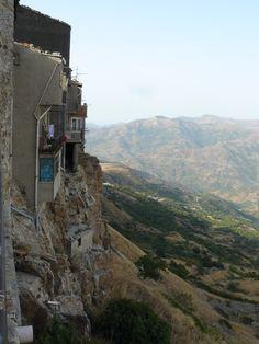 """Geraci Siculo (PA) - Case affacciate sul vuoto tra i monti della catena delle Madonie, le """"montagne di Palermo"""" - Houses overlooking the vacuum in the """"Madonie"""" mountains, not far from Palermo."""
