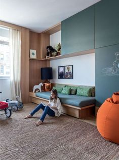 Интерьер комнаты подростка в бежевых тонах