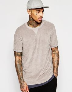 Imagen 1 de Camiseta larga en tejido de toalla con mangas enrolladas en color marrón de ASOS                                                                                                                                                                                 Más