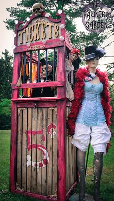 Build a vintage ticket booth to set the scene. 17 Things For An American Horror Story Freak Show Halloween Party Freakshow Halloween, Circus Halloween Costumes, Soirée Halloween, Halloween Karneval, Halloween Haunted Houses, Halloween Themes, Halloween Decorations, Holiday Themes, Haunted Carnival