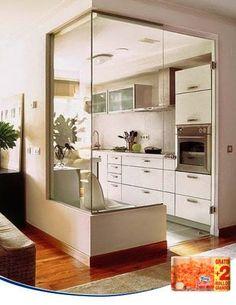 ¿Os gusta la idea de integrar la cocina en el salón, pero queréis mantener éste a salvo de los olores y ruidos de la cocina? La solución puede ser sustituir la pared por una cristalera, de forma que visualmente el espacio sea igual de amplio, pero separando las dos estancias. ¿Qué os parece?