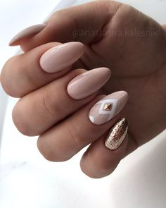 Glitter almond nail art designs are very suitable for summer. Glitter on your nails will catch everyone's eyes. You can try to design with nude nails and gold glitter nails. Nude Nails, Nail Manicure, My Nails, S And S Nails, Dark Nails, Prom Nails, Stiletto Nails, Uñas Fashion, Almond Nails Designs