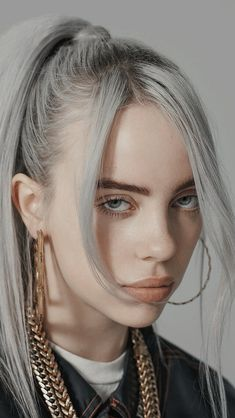 Billie Eilish is the hot, young, new artist that if you haven& listened to yet you better start now. Her music is so amazing it has made a name for itself but it& the Billie Eilish style that has made her stand out in the music scene even more. Billie Eilish, Ariana Grande, Pretty People, Beautiful People, Beautiful Celebrities, Etch A Sketch, Drawing Faces, Belle Photo, Girl Crushes