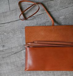 The leather case is made by premium vegetable leather with classicy style. The dimensions is larger than average pen case. The solid structure makes it easily contains 10 or more pens and still looking elegantly. ● Made by vegetable tanned natural leather. ● Completely hand-stitched,