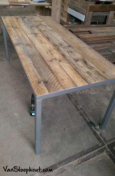 Eettafel met een eiken sloophout blad en stalen onderstel. Stoer en gave tafel! #eiken #eikenhout #tafel