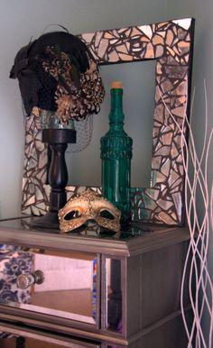 DIY Frame: Made from broken mirror pieces and black grout. Broken Mirror Diy, Broken Mirror Projects, Broken Glass Art, Mirror Tiles, Mirror Art, Diy Mirror, Glitter Grout, Glitter Paint, Glitter Projects