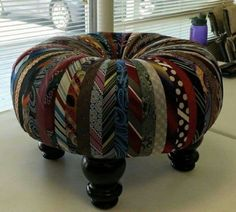 A friend of my friend made this ottoman from her husband old neck ties of her husband,now you tell me if this is not called recycling.AWESOME JUST AWESOME. Old Neck Ties, Old Ties, Diy Design, Diy Projects To Try, Sewing Projects, Recycled Crafts, Diy Crafts, Recycled Materials, Tire Craft