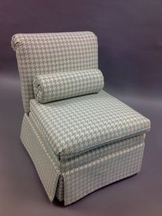 A slipper chair upho