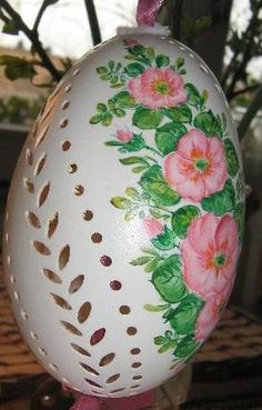 Carved Eggs, Egg Crafts, Pretty Pictures, Painted Rocks, Easter Eggs, Christmas Bulbs, Carving, Holiday Decor, Diy