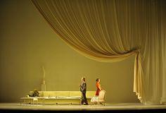 My Fair Lady. Robert Carsen. L'eleganza di alcune scenografie lascia senza fiato.