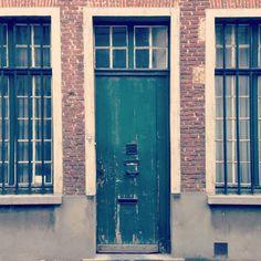 De schoonheid van verval. Ik hou van deuren met afbladderende verf. (227/365) #gent
