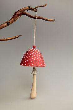 Mochomůrka+-+zvoneček+Mochomůrka+na+zavěšení,+zazvonění,+do+větru,+na+zahradu....+klobouček+točený,+noha+modelovaná,+sukénka+také...+zavěšená+na+přírodním+provázku,+dozdobená+dřevěným+korálkem...+*velikost+houbičky+cca+19cm