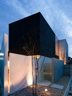 House in Kasugaoka - front yard with lights.