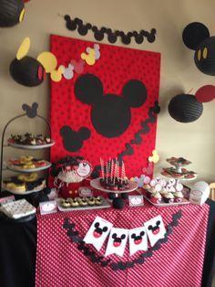 Decoración de mesa de postres de fiesta Mickey Mouse.