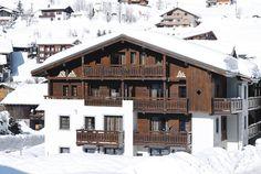 De viersterrenaccommodatie Lagrange Les Fermes Emiguy ligt midden in het grandioze decor van Les Portes du Soleil. Deze recent gebouwde, luxueuze appartementen bieden alle comfort, met overdekt zwembad. De appartementen liggen ca. 300 m van het centrum van #LesGets, waar je ook de dichtsbijzijnde winkels en restaurants vindt. Op 200 m bevindt zich de skibushalte en op 400 m de skiliften. Het skioord ligt op 1172 m hoogte en biedt een weids uitzicht op de Mont Blanc. Officiële categorie ****