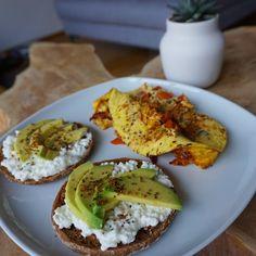Frühstücks-Kombi: Omelette mit Tomaten und Zwiebeln, dazu zwei Vollkorn-Toasties mit körnigem Frischkäse und Avocado