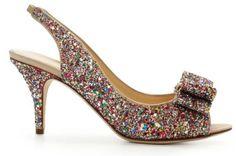 Brilla y luce tu lado más glam con uno de estos zapatos de fiesta en colores metálicos. Los puedes usar de día o de noche y con el diseño que más se acople a tu estilo. Puedes encontrar desde clásicos tacones redondeados, hasta lindas sandalias para invitadas de boda con detalles de moño en el empeine. El propósito es que te sientas súper trendy y con la mejor energía durante toda la boda, ¡y en la pista de baile!