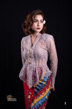 """ชุดพื้นเมืองภาคใต้ Traditional dress in Southern region of Thailand. #ชุดภาคใต้ #ภาคใต้ #south ชุดแต่งกายประจำภาคใต้ของไทย. แบรนด์บานง """"อัตลักษณ์ความเป็นพื้นถิ่น สู่วิถีแบรนด์บานง"""" """"ลิขสิทธิ์เสื้อผ้าของแบรนด์บานง"""" #บ้านบานง #BANONG #BANONGbrand #เสื้อผ้าแบรนด์BANONG #จากเสื้อผ้าพื้นถิ่นในวิถีมลายูสู่ความเป็นโมเดิร์นสไตล์ #เครื่องประดับแบรนด์BANONG #ปาเต๊ะวาดมือBANONG #ผ้าถุงตัดสำเร็จบานง #บานง #เสื้อบานงแบรนด์บานง #ชุดบานงแบรนด์BANONG #ชุดบานงโบราณ #เสื้อผ้าโบราณ #Kebaya #บานงสตูดิโอ Vietnam Costume, Kebaya Lace, Kebaya Wedding, Model Kebaya, Batik Fashion, Thai Dress, Cute Outfits For School, Hijab Outfit, Blouse Dress"""