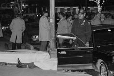 December 16 – In New York City, Mafia bosses Paul Castellano and Thomas Bilotti are shot dead in front of Spark's Steak House, making hit organizer John Gotti the leader of the powerful Gambino organized crime family. Real Gangster, Mafia Gangster, Irish Mob, Famous Outlaws, Mafia Families, The Godfather, New York City, History, Gangsters