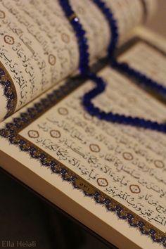 Allah O İlahtır ki, Kendisinden başka ilah yoktur. Hayy dir (Mutlak Diri, ezeli ebedi hayat sahibidir), Kayyum dur (Kendi Zatı ile var olup bütün varlıkları varlıkta tutan,onları yönetendir). Kendisini ne bir uyuklama, ne de uyku tutamaz. Göklerde ve yerde ne varsa O nundur. İzni olmadan huzurunda şefaat etmek kimin haddine? Yarattığı mahlukların önünde ardında ne var, hepsini bilir. Mahluklar ise O nun dilediğinden başka , ilminden hiçbir şey kavrayamazlar. O nun Kürsüsü gökleri ve yeri…