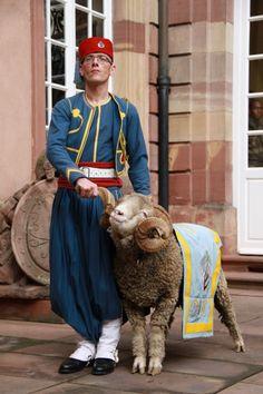 """Mascotte du 1er Régiment de Tirailleurs d'Epinal (tirailleur en tenue de tradition portée par la nouba), dépositaire des traditions de nos """"turcos""""!"""