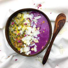 mango passion fruit / maqui berry smoothie bowl 🌈🍓🍒