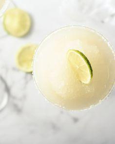 Frozen margarita's zijn een typische Mexicaanse cocktail met tequila, Cointreau en limoensap. Deze bevroren versie is heerlijk verfrissend. Heerlijk bij taco's!