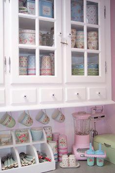 Køkken med vitrineskabe og gammel stil  Lulufant: Køkken opdatering