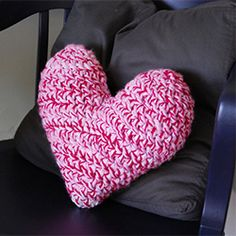 Free original pattern to crochet your own adorable heart pillow. ♥♥♥